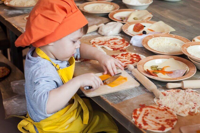 Conseil de Bastien : les enfants préparent le repas avec nous